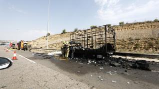 Un pequeño camión se ha prendido fuego en la Z-40, a la altura la Fuente de la Junquera, sin que se conozcan las causas todavía. El vehículo ha quedado completamente destrozado.