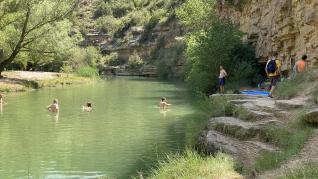 Primeros bañistas en el salto de Bierge.