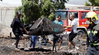 Arden al menos 80 chabolas en Mijas, Málaga