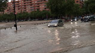 Calles inundadas por la tormenta junto a la estación del Norte de Zaragoza