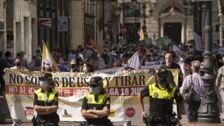 """Los interinos se manifiestan en el centro de Zaragoza: """"Iceta, trilero, oposita tú primero""""."""