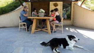 Miembros de la familia Guillén Vivas, con uno de sus perros en primer término.