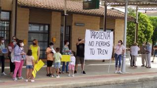 Protesta en la estación de tren de Tardienta este domingo 20 de junio.