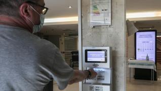 Sistema de control de accesos del Clínico, en pruebas.