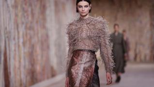 Dior apuesta por el optimismo en una sobria pasarela de Alta Costura