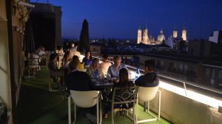 El lounge Van Gogh del apartahotel Los Girasoles ofrece unas bonitas vistas de la basílica del Pilar cuando cae la noche.