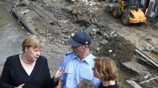 La canciller alemana Angela Merkel ha regresado de su viaje por Estados Unidos y ha visitado algunas de las zonas más devastadas por las riadas de Alemania.