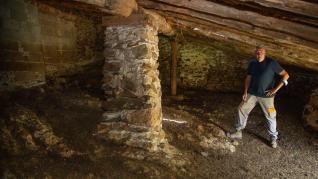 Javier Peiro muestra en una de las parideras centenarias que han conservado su actividad ganadera.