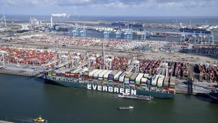 El buque Ever Given llega a puerto
