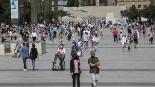 La plaza del Pilar y sus alrededores estaban este domingo llenos de turistas que, camino a distintos destinos, recalaban en la ciudad para ver el Pilar o dar una vuelta.