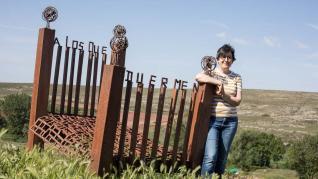 Carmen Escriche junto a la escultura 'A los que duermen', en Rillo.