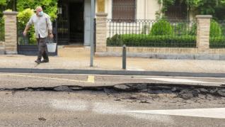 El reventón de una tubería esta mañana ha levantado parte de la calzada en el paseo de Sagasta de Zaragoza.