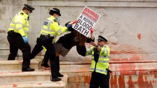 Los animalistas tiñen de rojo la fuente del Palacio de Buckingham