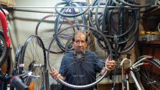 El Ángel de la bicicleta, en su taller del Gancho de Zaragoza.