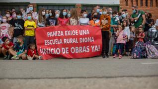 Concentración ante el colegio de Paniza.