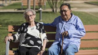 Pilar Gómez y Manuel Martín, este jueves, en el jardín de la residencia Santa Bárbara.