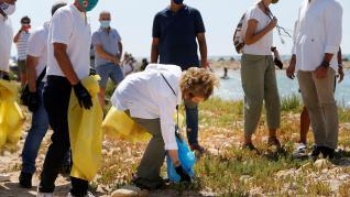 La reina Sofía participa en la recogida de 'basuraleza' en una playa de Alicante