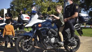 Diferentes cuerpos policiales y servicios de emergencia han participado este domingo en Huesca en el encuentro solidario a beneficio de la Asociación Sonrisas.