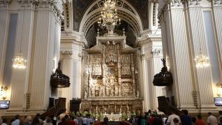 El arzobispo de Zaragoza, Carlos Escribano, recibe en la basílica del Pilar el palio arzobispal