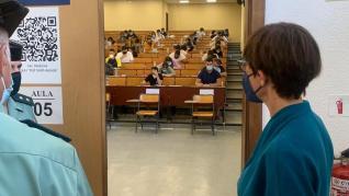 La directora general de la Guardia Civil, en una de las sedes del examen