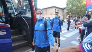 Alrededor de 200 hinchas despidieron al Huesca antes de partir hacia Zaragoza.
