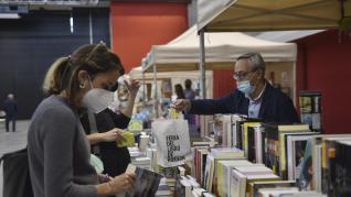 Sandra Araguás han leído el pregón de la Feria del Libro de Huesca, que se celebra hasta el domingo en el Palacio de Congresos.