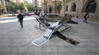 Desperfectos en el monumento a las víctimas de la covid en Zaragoza.