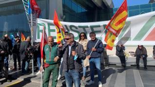 Trabajadores de Alitalia protestan en el aeropuerto de Fiumicino, próximo a Roma.