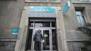 A. J. C. entrando a la UASA, en la calle Doctor Fleming de Zaragoza.