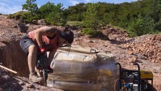 Recuperan un bloque de dos toneladas con huevos fósiles de dinosaurio del yacimiento de Loarre
