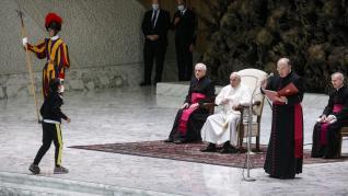 Curiosas imágenes de un niño que quería el gorro del Papa