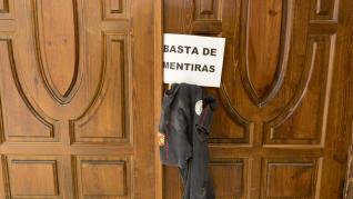 Protesta de los bomberos en el Ayuntamiento de Huesca.