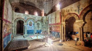 Trabajos de montaje de los decorados para el rodaje de la película 'Irati' en el castillo de Loarre.