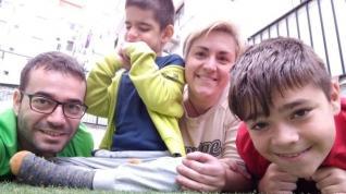 La zaragozana Mirella García junto a su pequeño Lizer, de siete años, su hijo Ibai (de 12) y su marido, Jesús.
