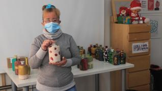 Cristina García, una de las residentes del Centro Integra de Atades, enseña una de las botellas decorativas que ha hecho esta Navidad en el taller de diseño y arte.