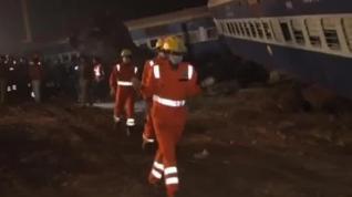 Continúan los trabajos de rescate en el tren descarrilado en La India