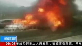 Impactantes imágenes de un camión embistiendo a varios coches en una autovía china