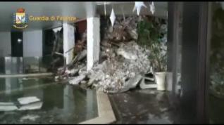 Los equipos de rescate buscan supervivientes en el hotel sepultado por la nieve