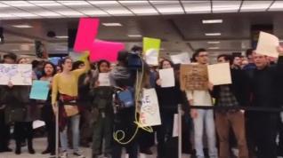Abrazos al reunirse con familiares tras horas retenidos en el aeropuerto de Virginia