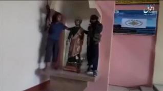 Miembros del ISIS se graban destrozando una iglesia