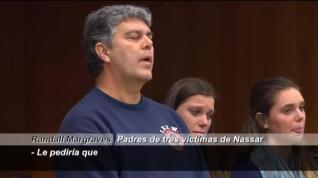 El padre de tres víctimas de Larry Nassar intenta agredirle durante el juicio
