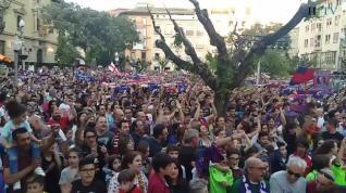 La afición canta el himno del Huesca en la plaza de Navarra