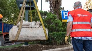 Retiran la escultura de 'La siesta' del Paseo Sagasta para limpiarla