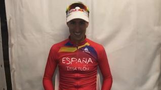 Mario Mola celebra su triunfo como tri-campeón del mundo en Triatlón
