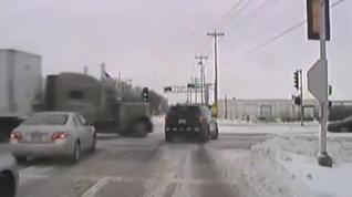 Un camión se salta un semáforo y embiste brutalmente a una patrulla policial