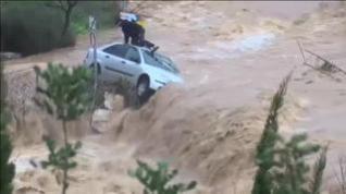 Rescate extremo de un hombre atrapado en el techo de su coche en mitad de la riada