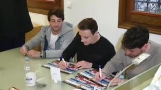 Jugadores del Real Zaragoza firman el póster oficial en Espacio HERALDO