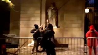 Cinco encapuchados quitan el lazo amarillo del Ayuntamiento de Barcelona
