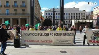 Los trabajadores de FCC piden mejoras laborales ante las puertas del Ayuntamiento de Zaragoza