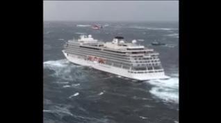 El fuerte oleaje complica la evacuación de los pasajeros del Viking Sky
